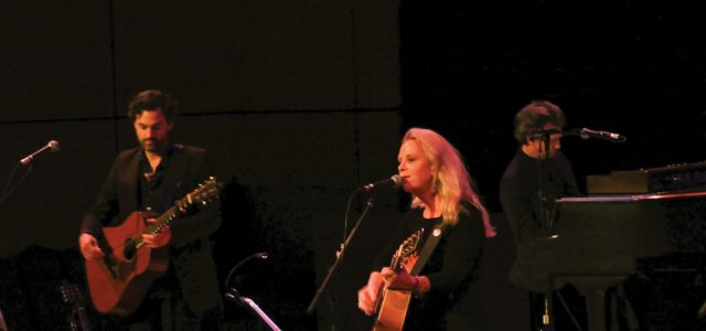 Mary Chapin Carpenter performs