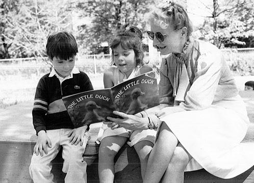Kathryn Aschliman reads to children